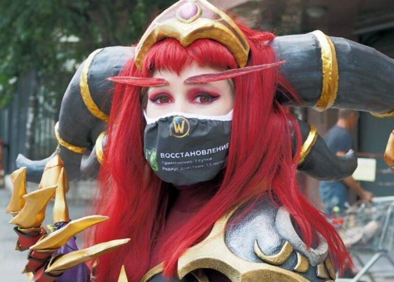 Героиня World of Warcraft раздала прохожим 1,5 тысячи «магических» защитных масок